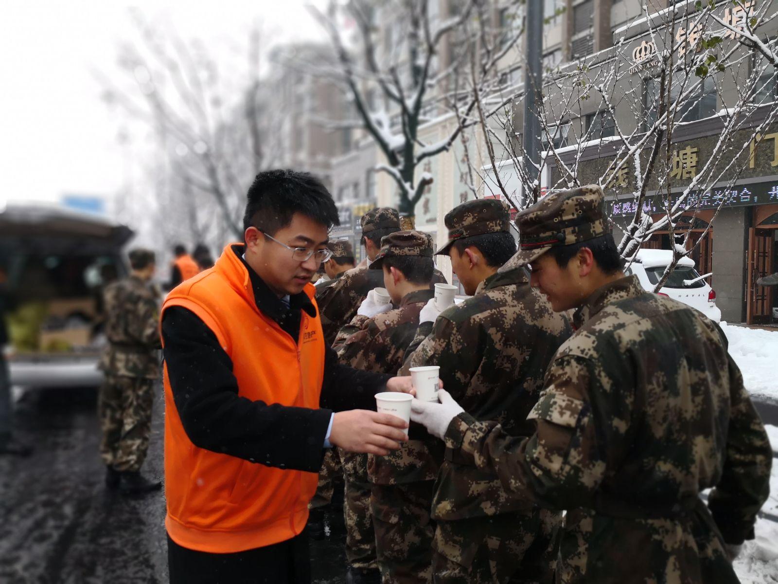 湖州祥生·东方樾开展抗雪一线送温暖行动